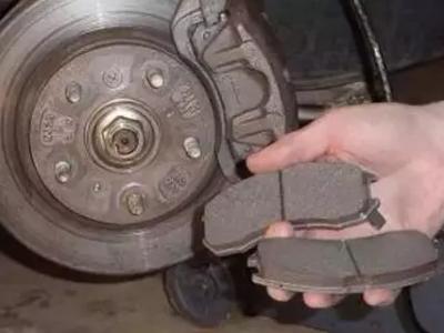 为何有些盘上磨得一道道的沟呢?是不是刹车片很硬啊?