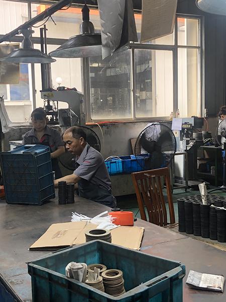 杭州临安华龙摩擦片车间战酷暑促生产