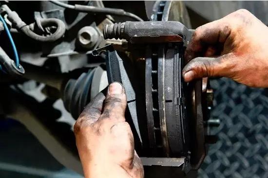 怎样更换离合器从动盘摩擦片?